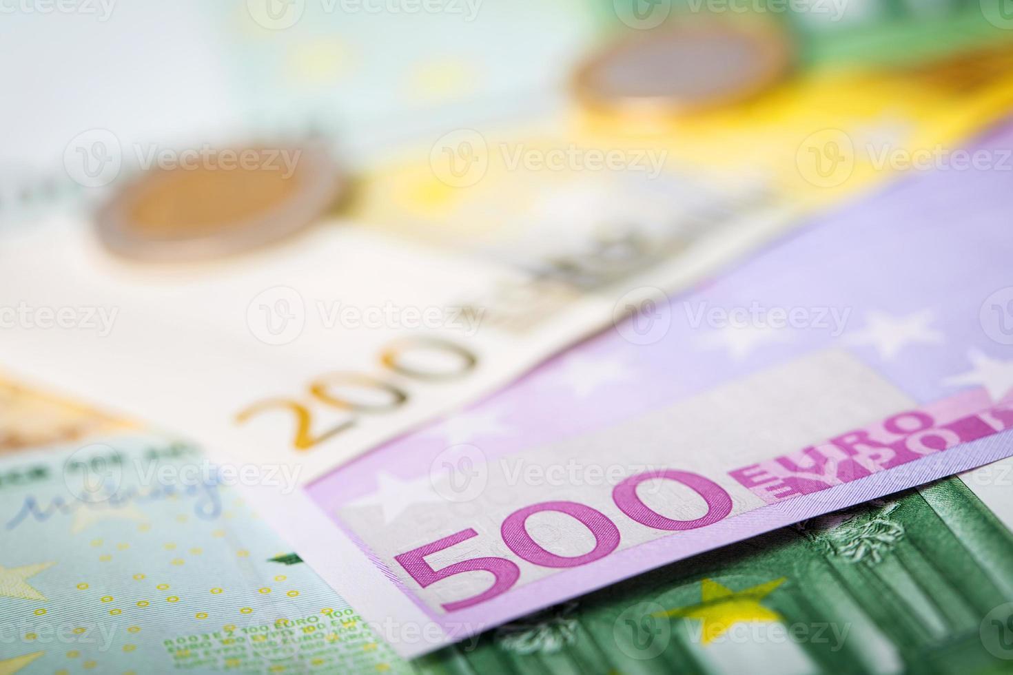 close-up van eurobankbiljetten en -munten foto