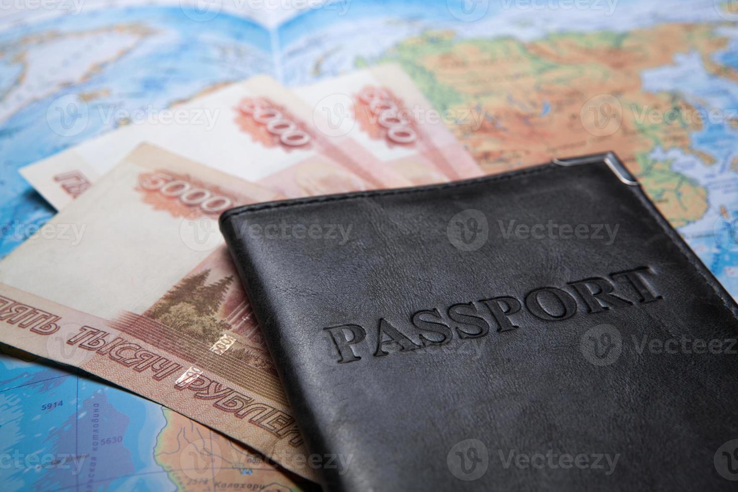 paspoort in de tas op een kaart met bankbiljetten foto