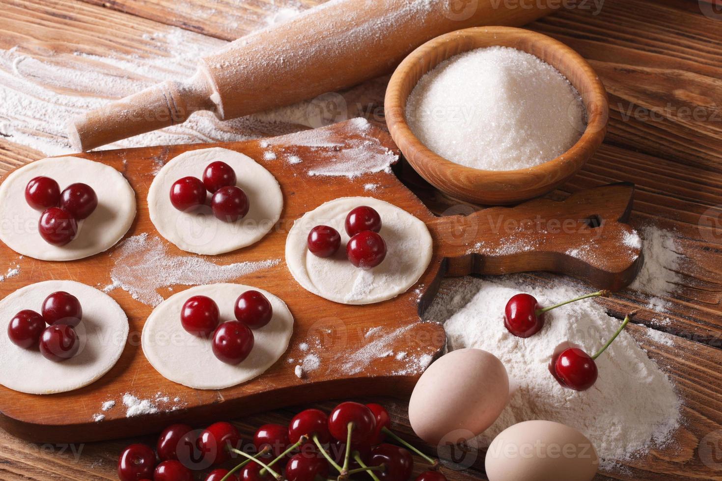 proces van het koken van zoete knoedels met kersen foto