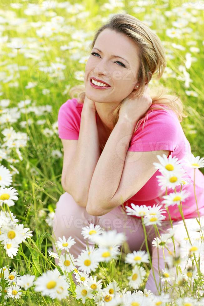 gelukkige vrouw in bloem veld buiten foto