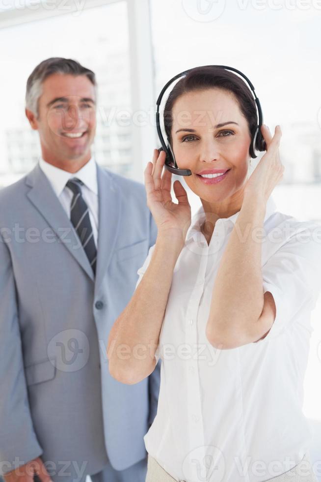 zakenvrouw draagt een hoofdtelefoon foto