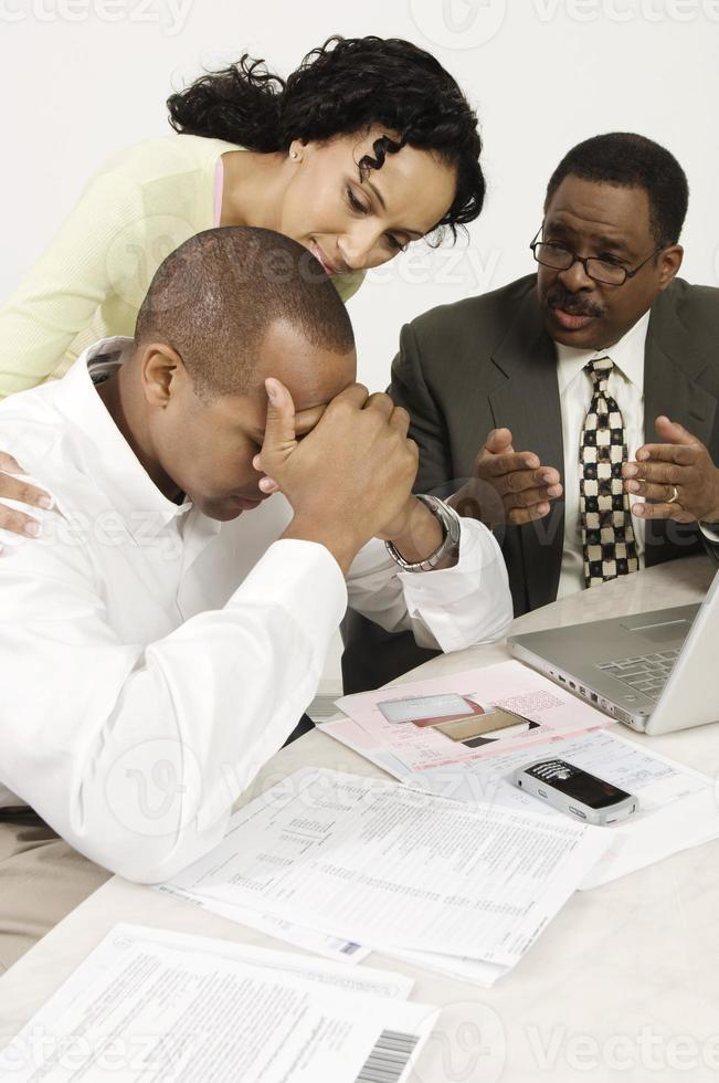 vrouw en financieel adviseur troostende man aan balie foto