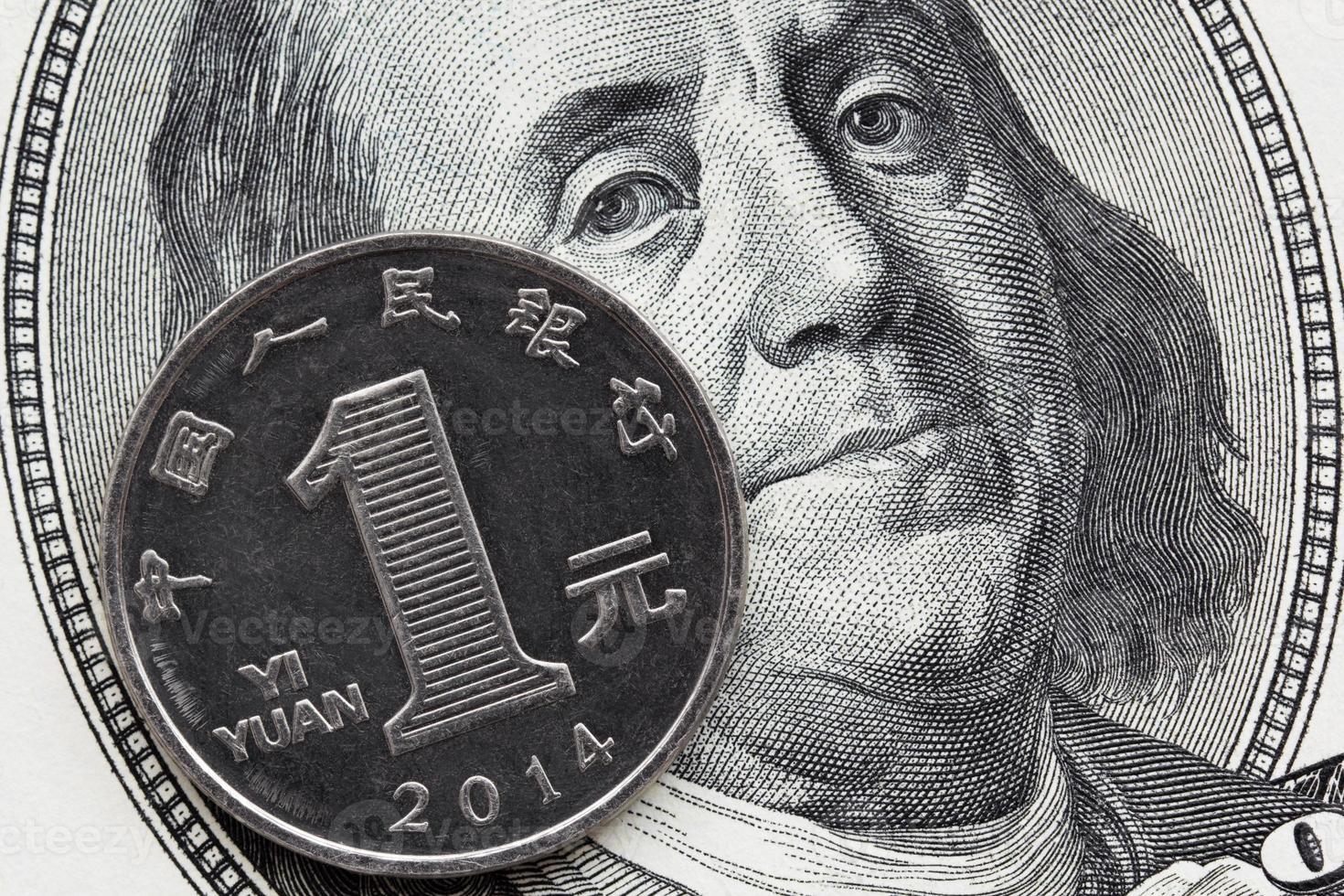 een Chinese munt yuan en een biljet van honderd dollar foto