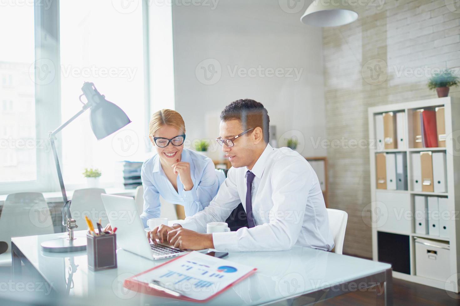 twee kantoormedewerkers foto