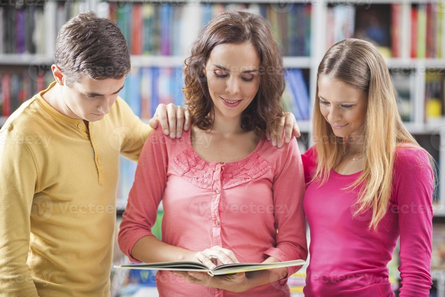 studenten in bibliotheek foto