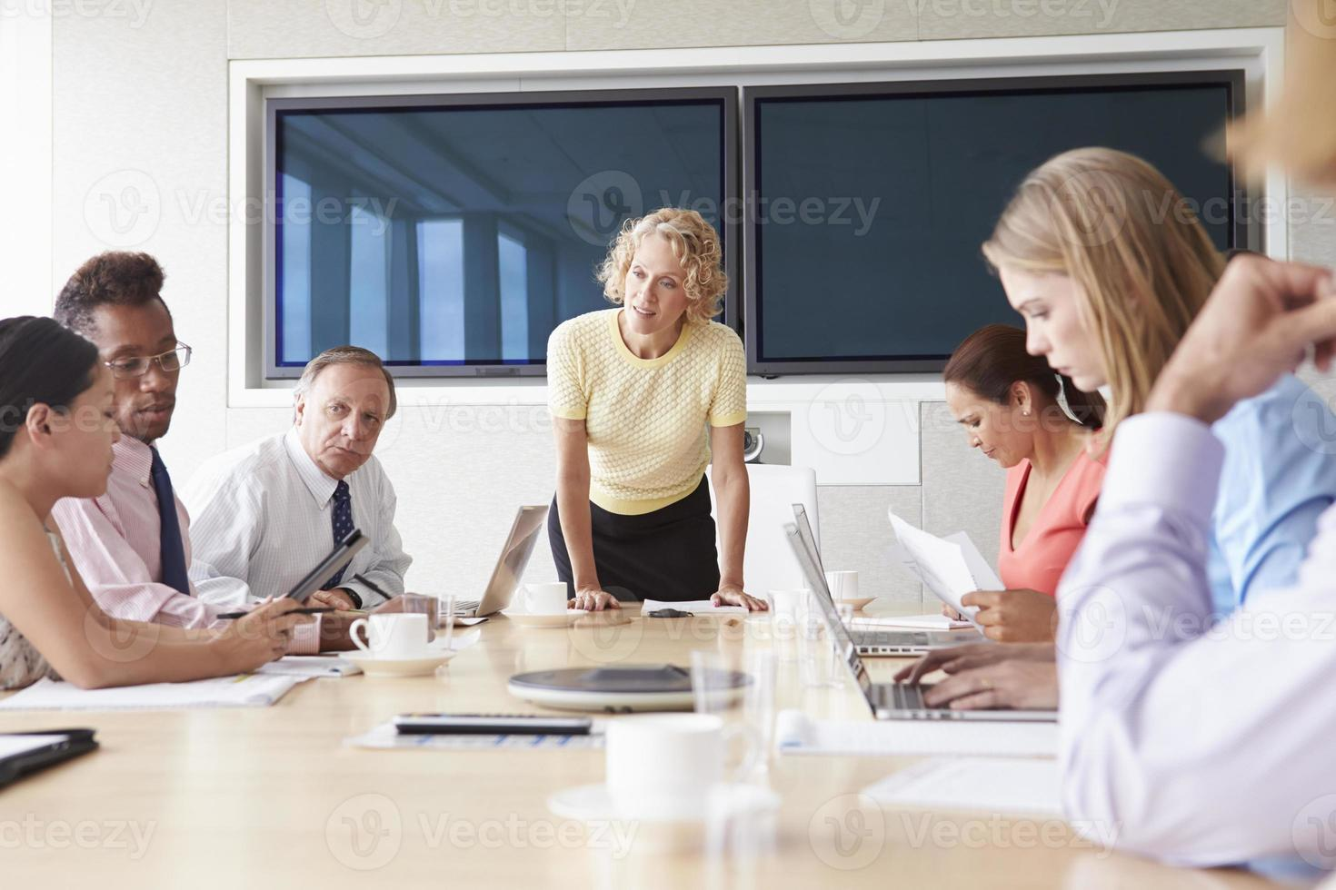 groep ondernemers bijeen rond boardroom tafel foto