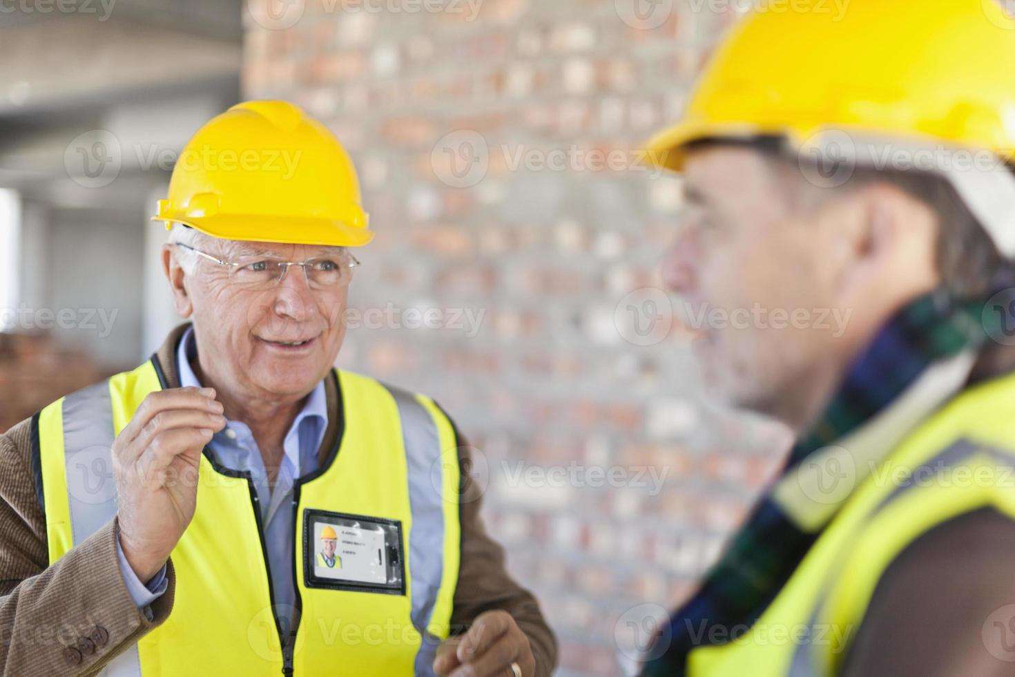 bouwvakkers praten op de site foto