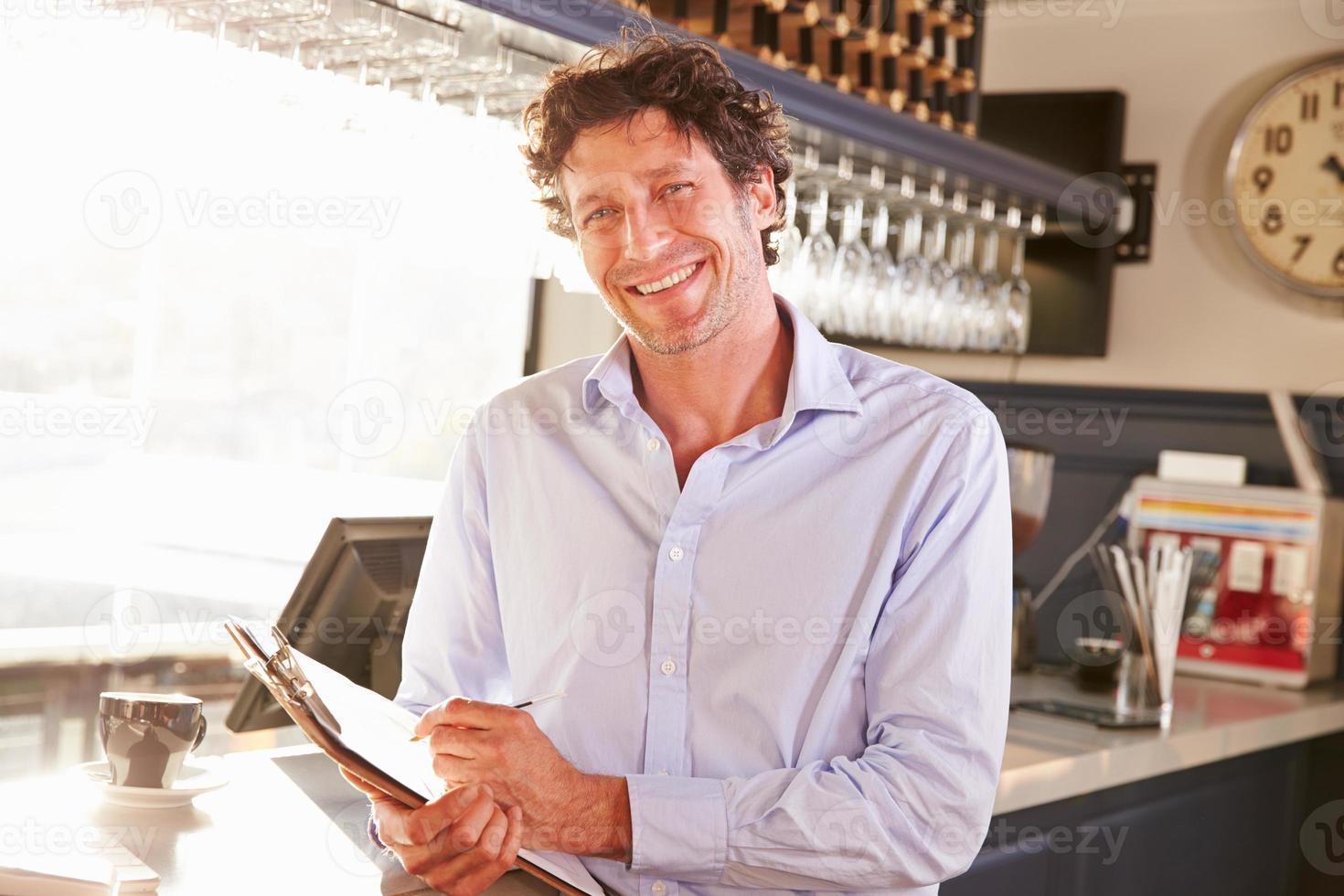 mannelijke restaurantmanager met klembord, portret foto