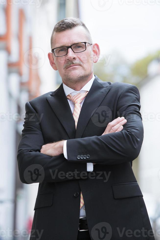 portret van zakenman permanent in de straat foto