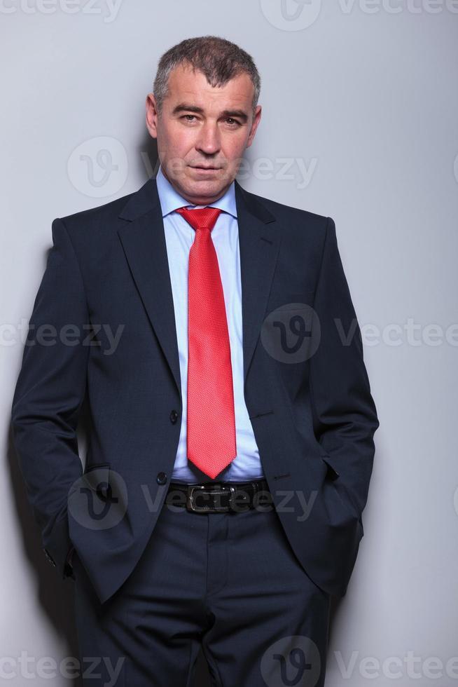 serieuze zakenman van middelbare leeftijd kijken naar de camera foto