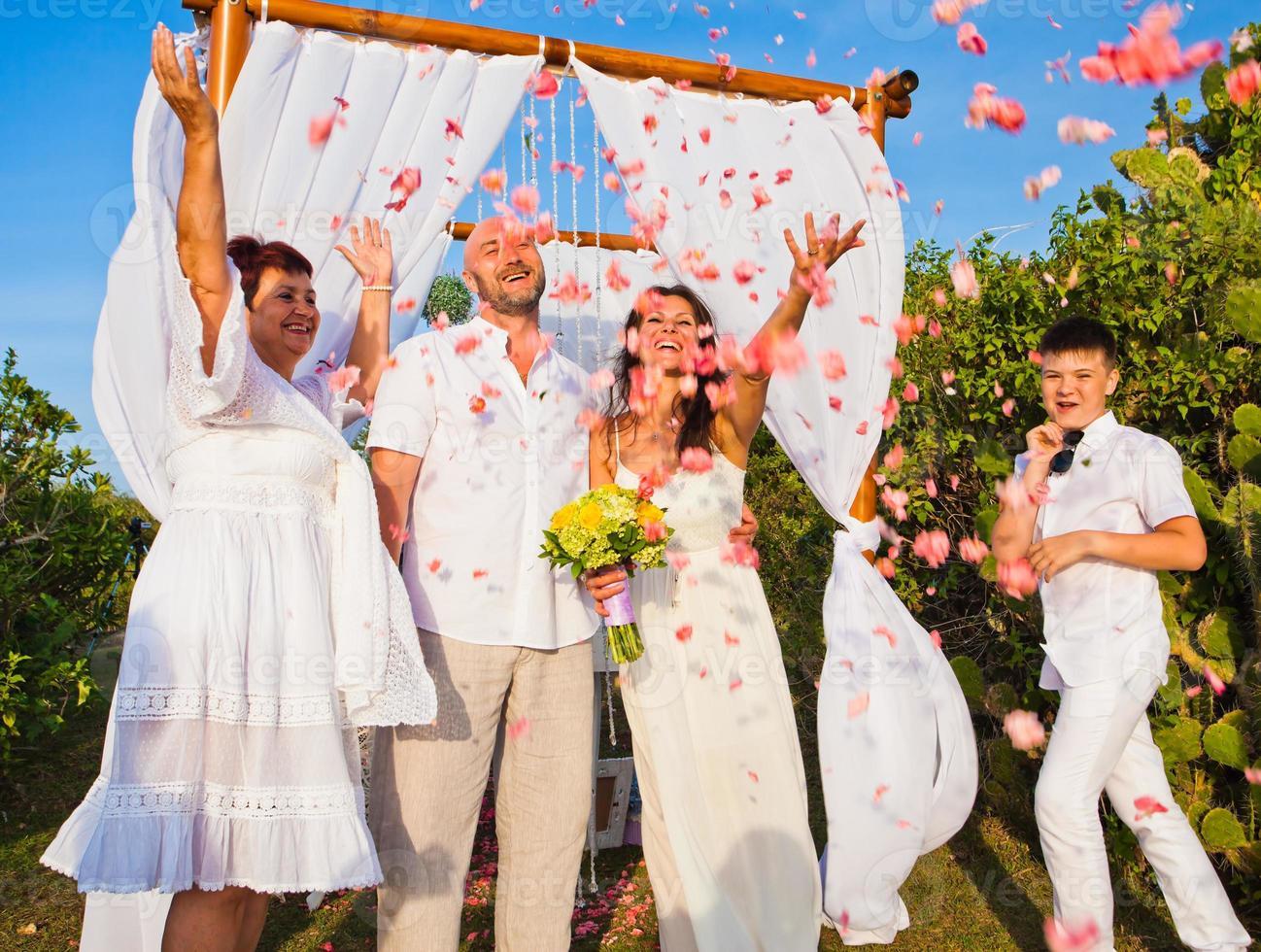 huwelijksceremonie van volwassen paar en hun familie foto