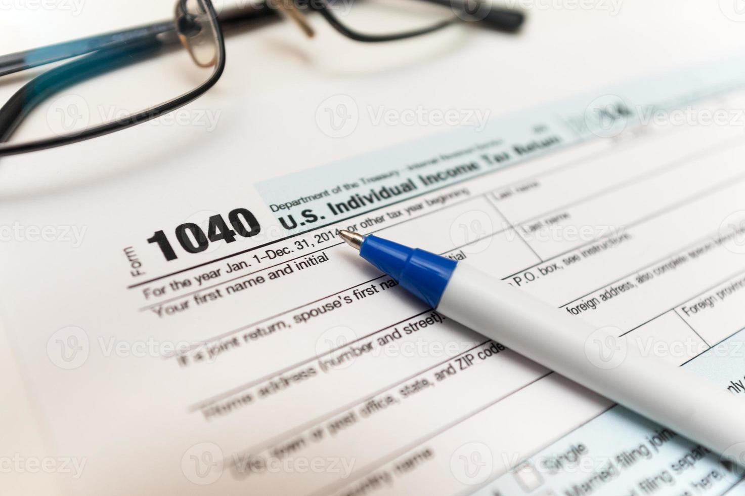 1040 individuele belastingaangifte close-up en bril foto