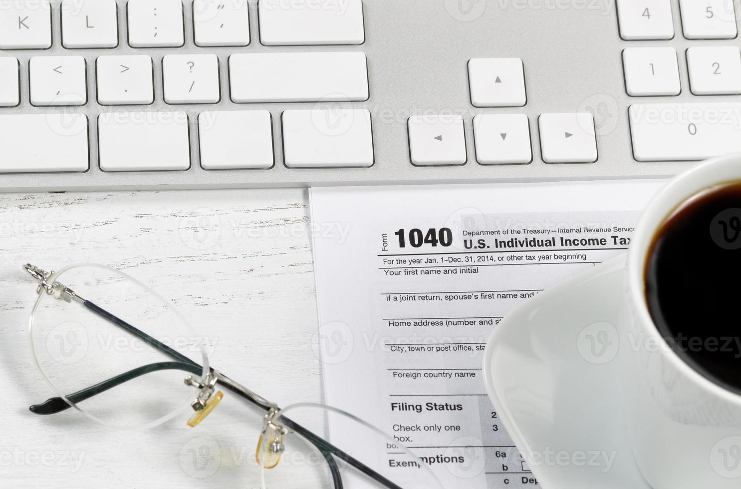 close up van belastingformulier op desktop foto