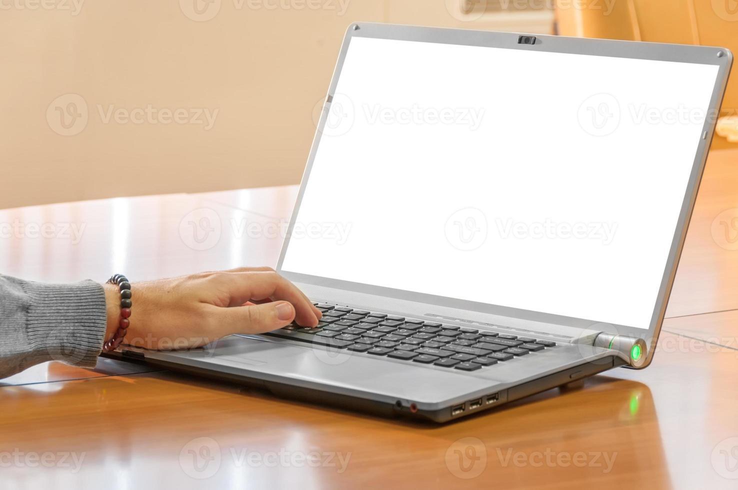 close-up van man handen op laptop foto