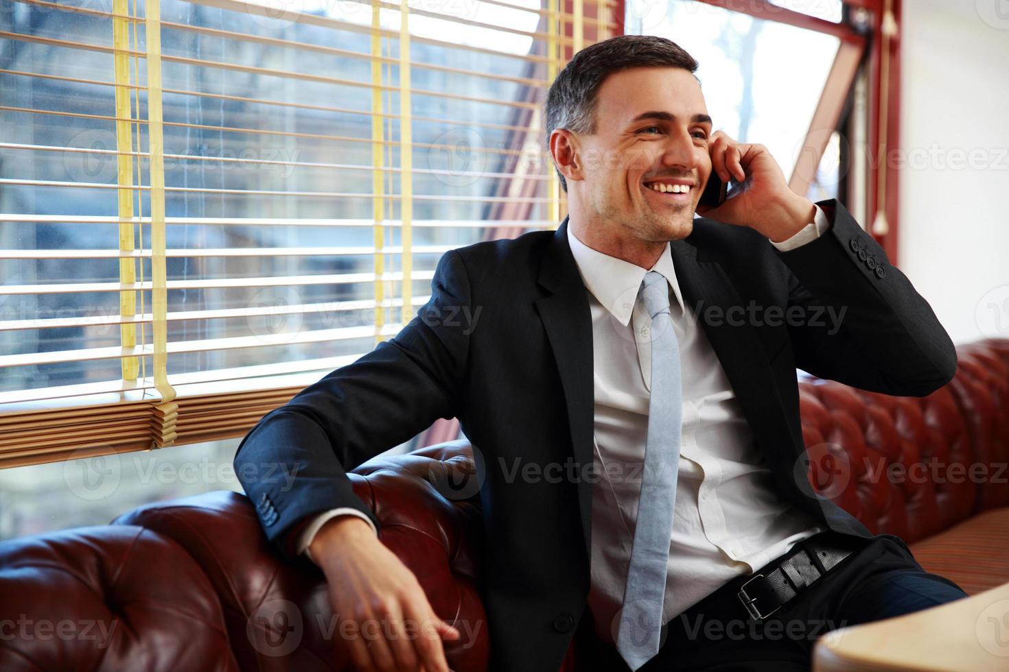 zakenman zitten en praten over de telefoon foto