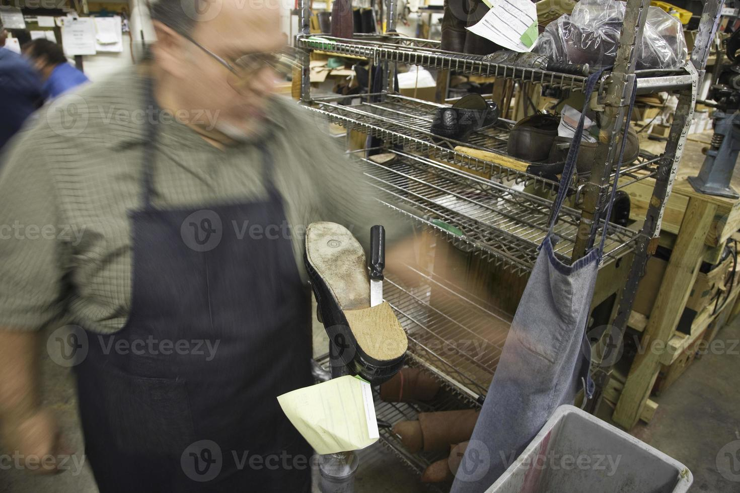 wazig schoenmaker in werkplaats foto