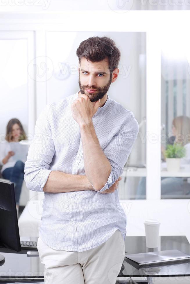 lachende jonge professionele man foto