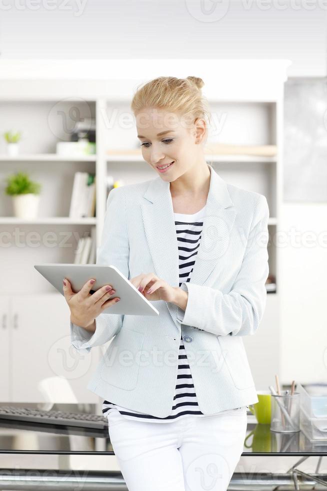 zakenvrouw met digitale tablet foto