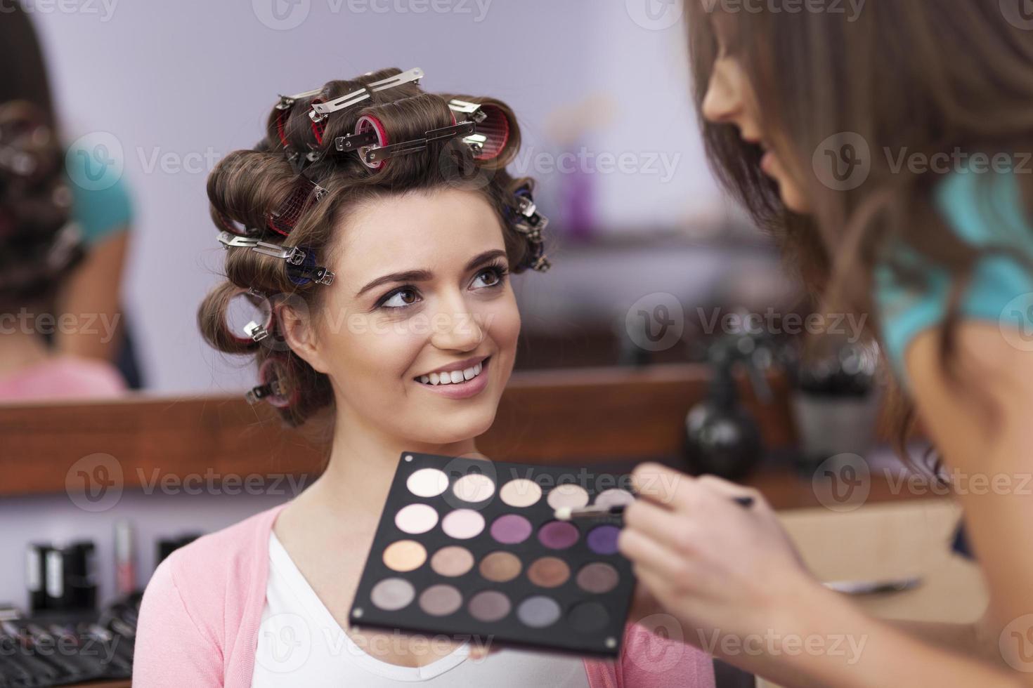 mooie vrouw heeft haar eigen styliste foto