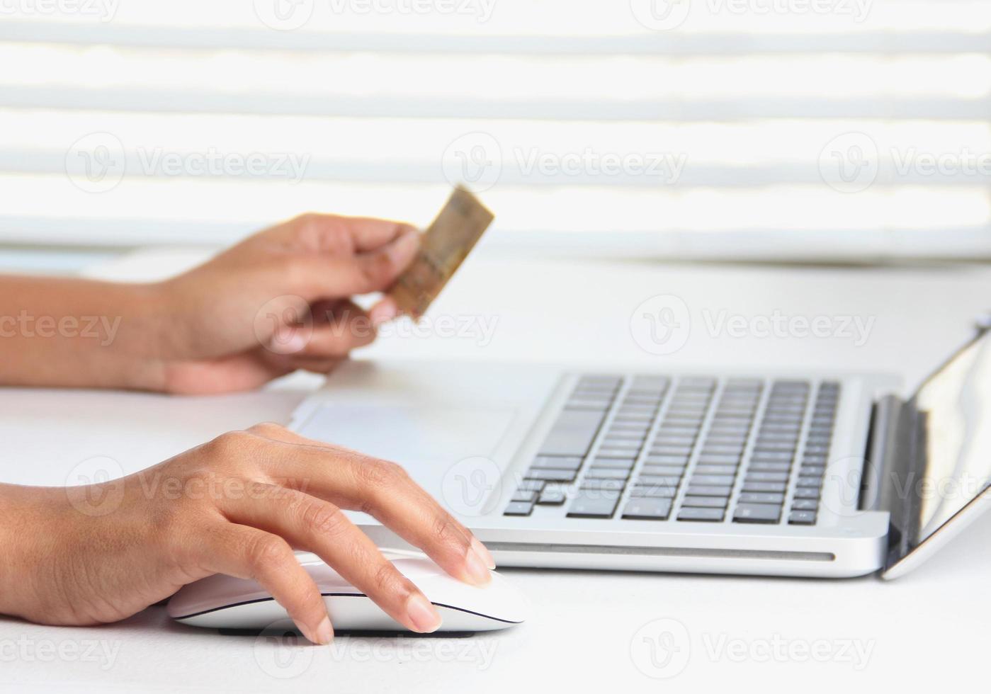 online aankopen en online bankieren met een creditcard foto