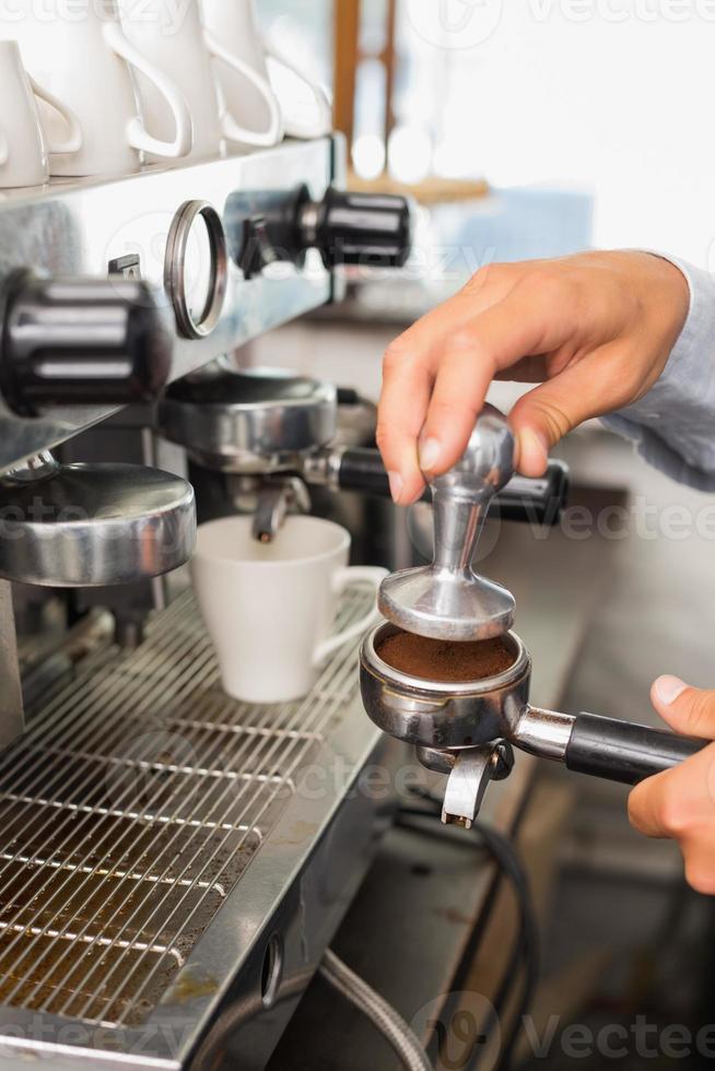 barista die een kop koffie maakt foto