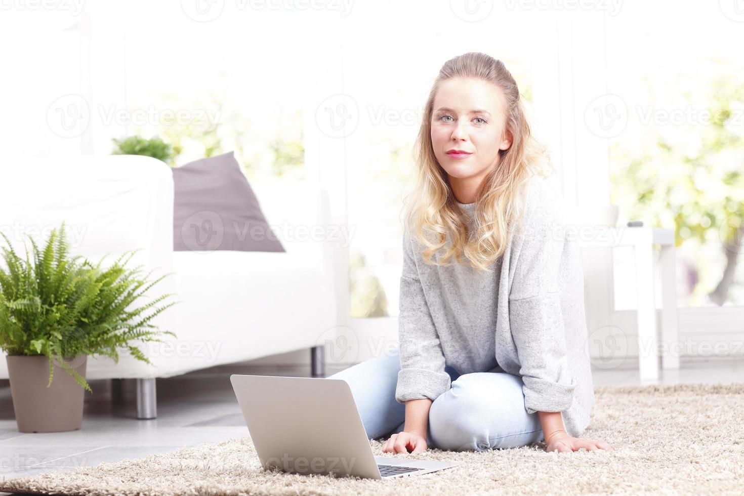 jonge vrouw met laptop foto