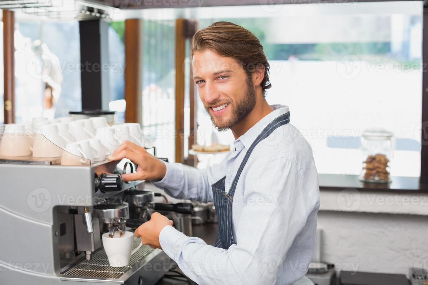 knappe barista maken van een kopje koffie foto