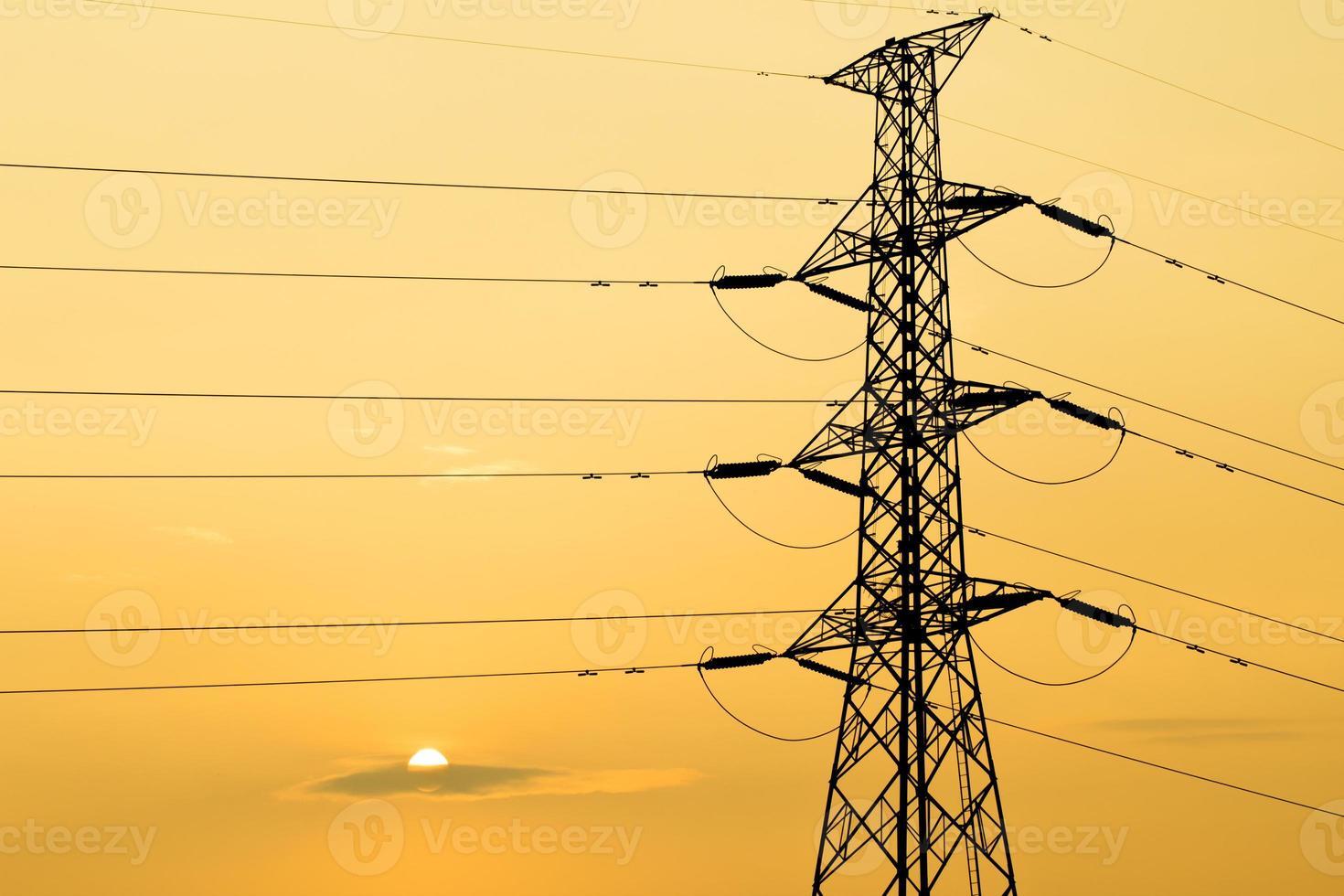 silhouet van hoogspannings elektrische poolstructuur foto
