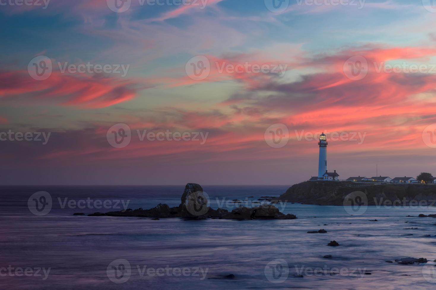 vuurtoren bij zonsondergang, duif punt vuurtoren, Pacifische kust, Californië, Verenigde Staten foto