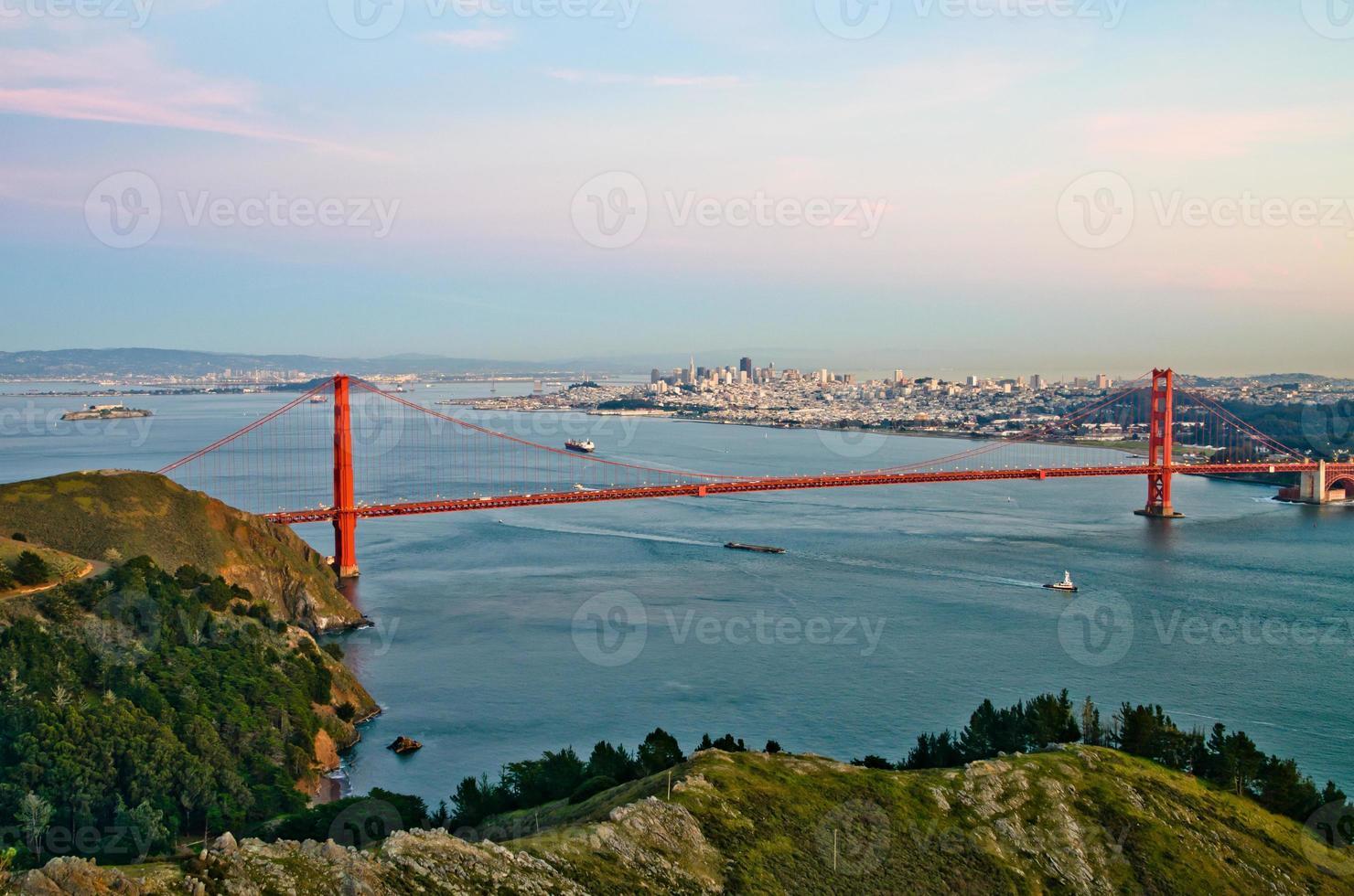 golden gate bridge en San Francisco stadshorizon op achtergrond foto
