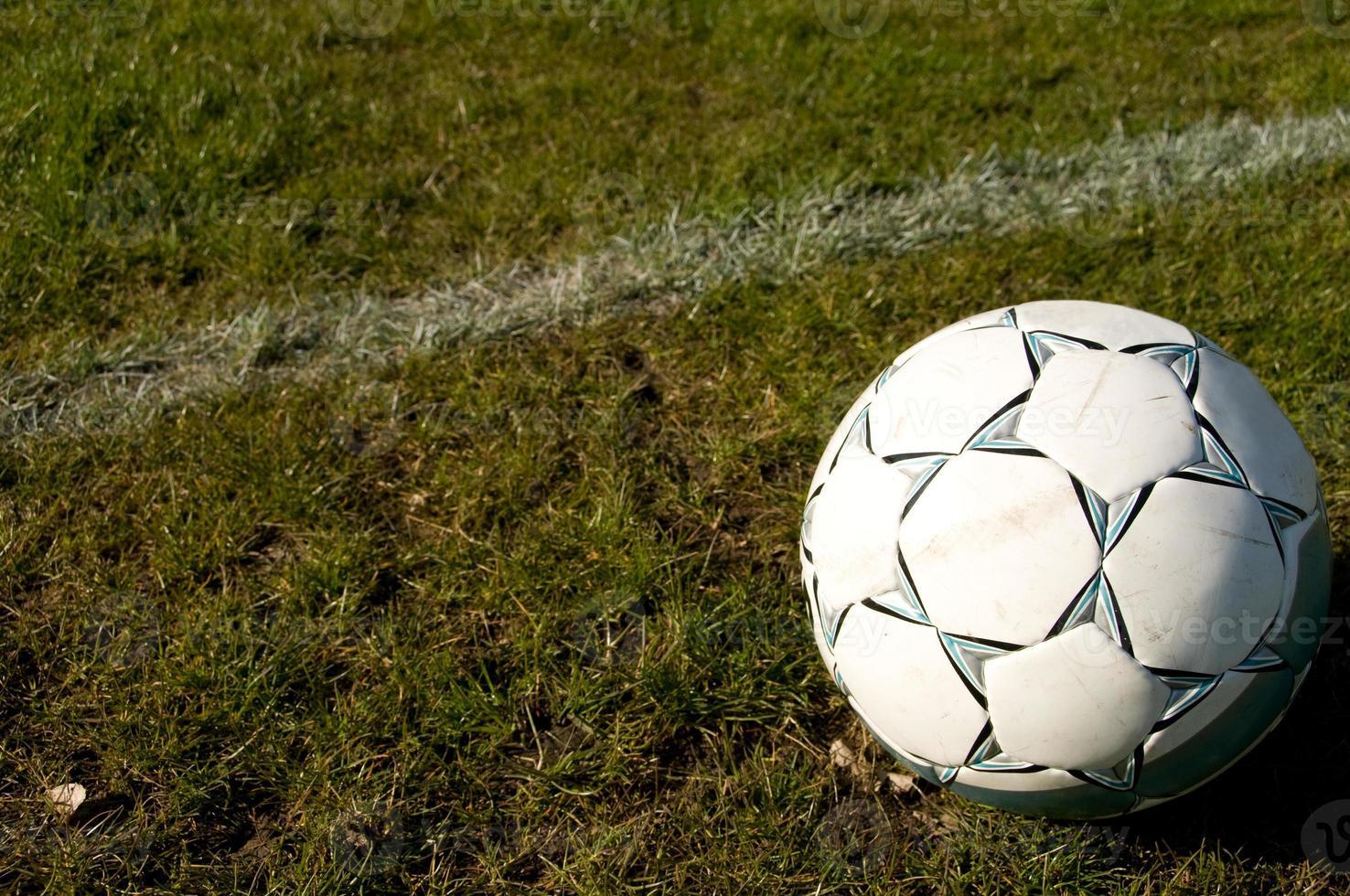 voetbal op het gras foto