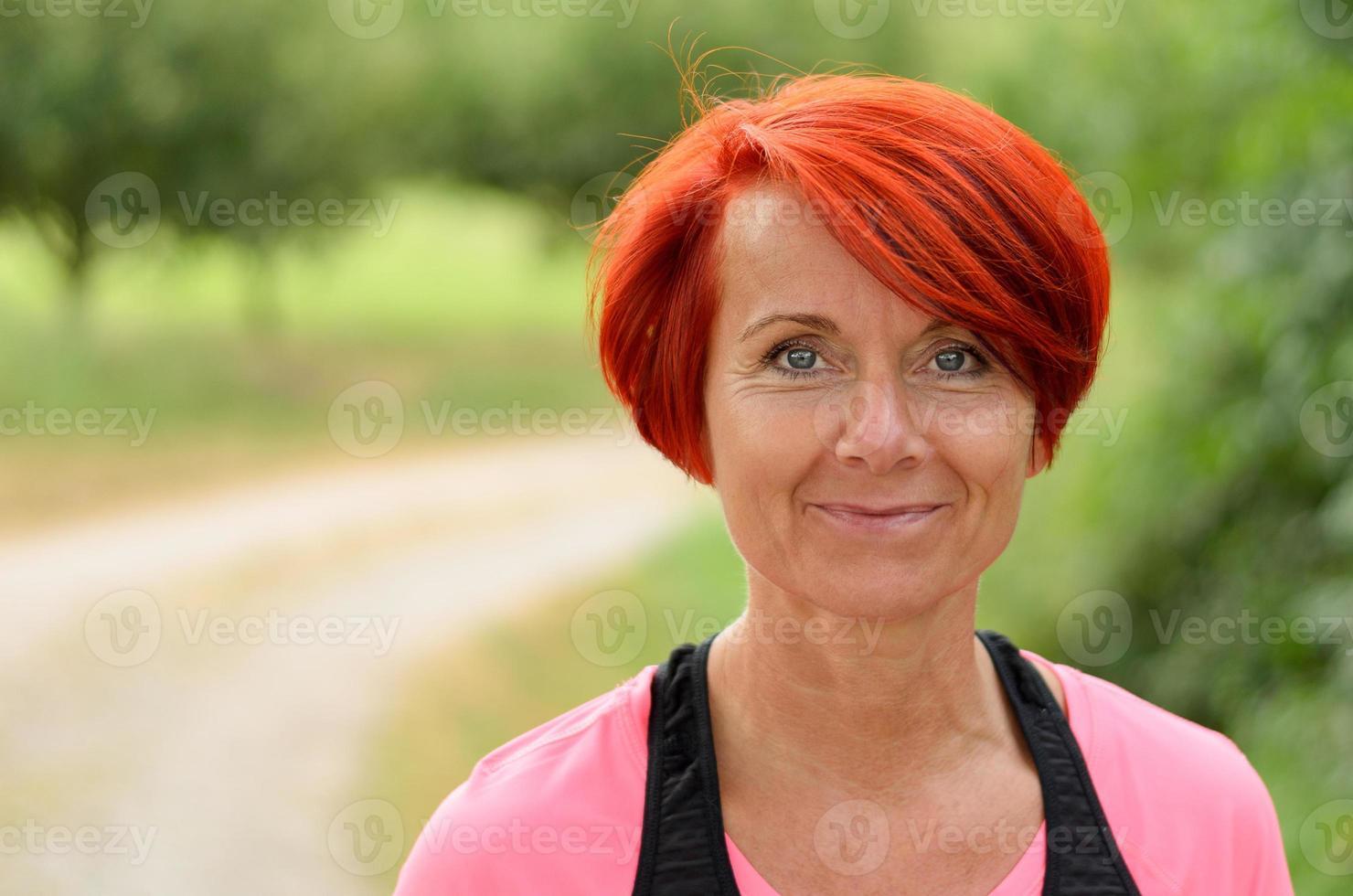 mooie gelukkige vrouw van middelbare leeftijd glimlachen foto