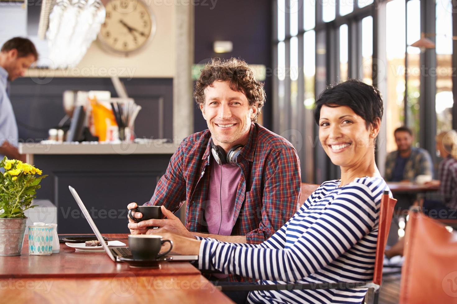 man en vrouw bijeenkomst in een koffieshop foto