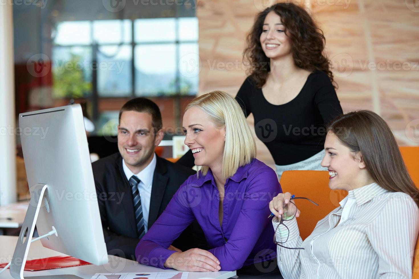 mensen uit het bedrijfsleven bijeen foto