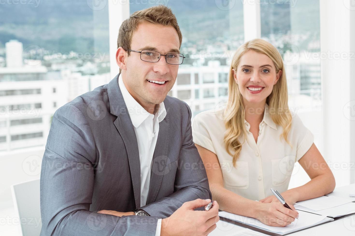 portret van mensen uit het bedrijfsleven in vergadering foto