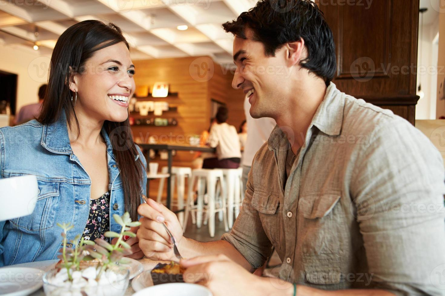 paar bijeenkomst in drukke café-restaurant foto