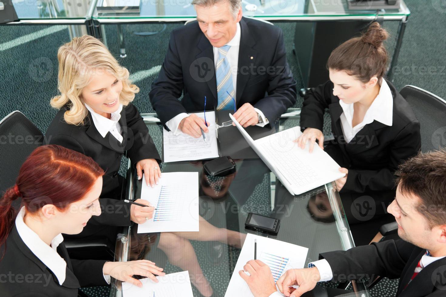 mensen uit het bedrijfsleven - bijeenkomst in een kantoor foto