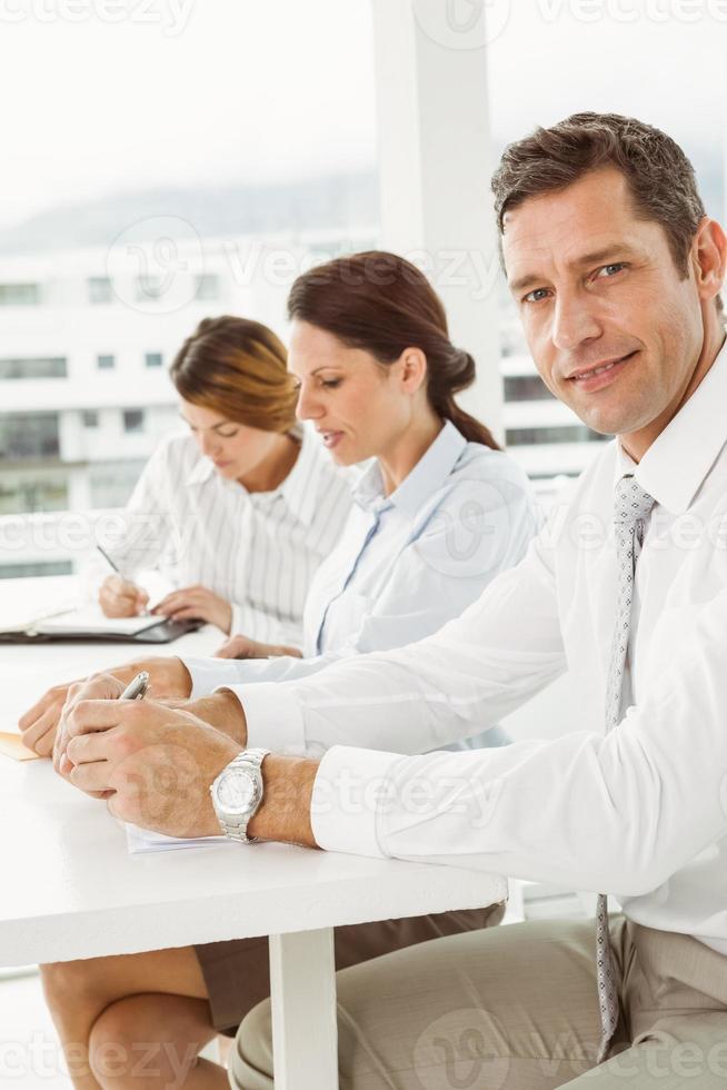 mensen uit het bedrijfsleven in vergadering op kantoor foto