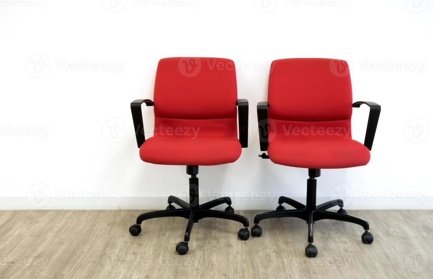 twee rode stoelen in kantoor foto