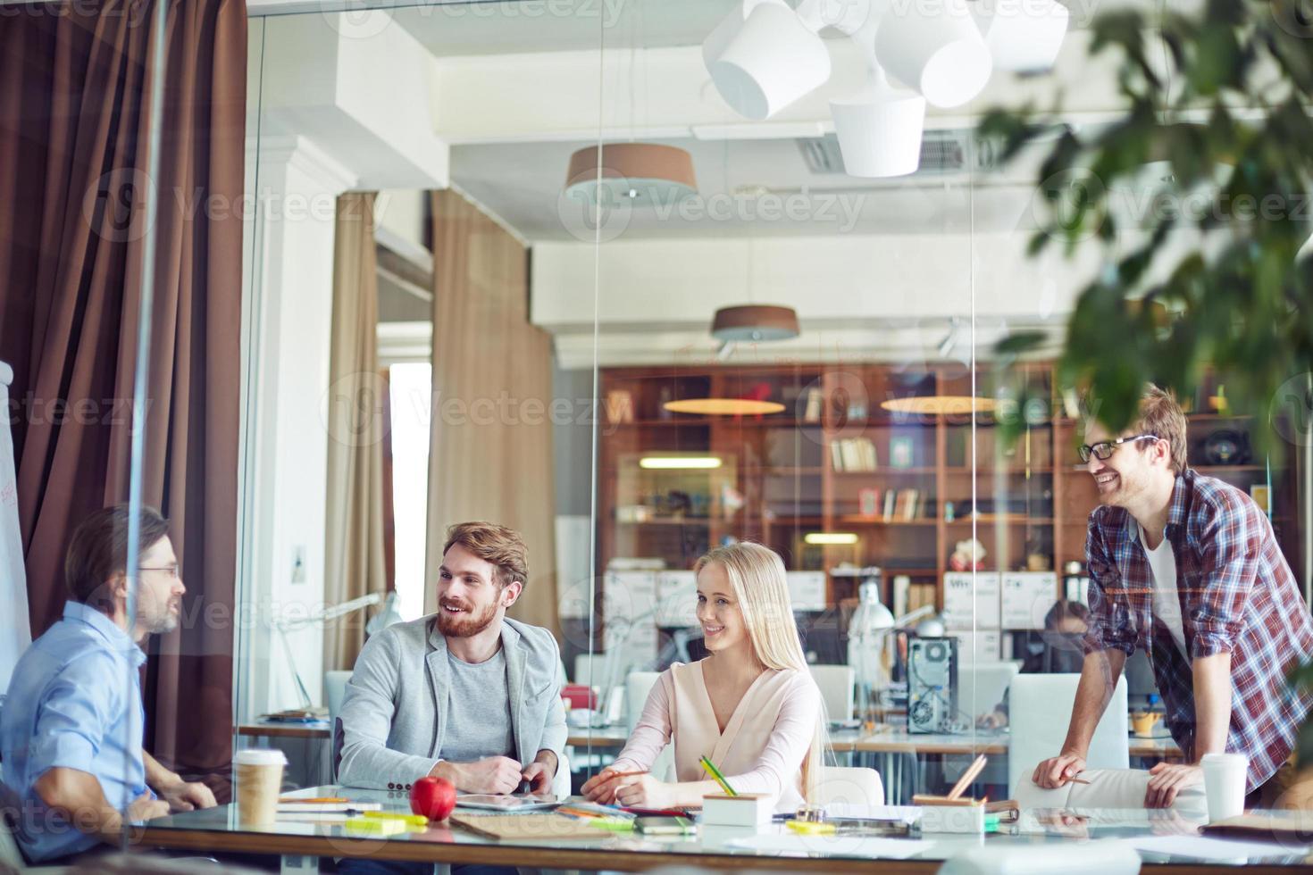 interactie op kantoor foto