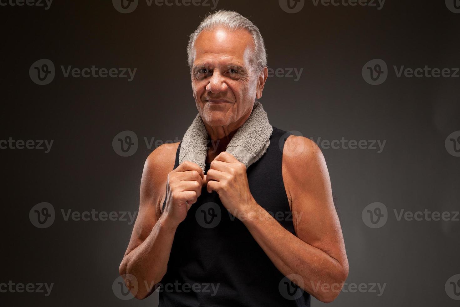 oudere man poseren met een handdoek foto