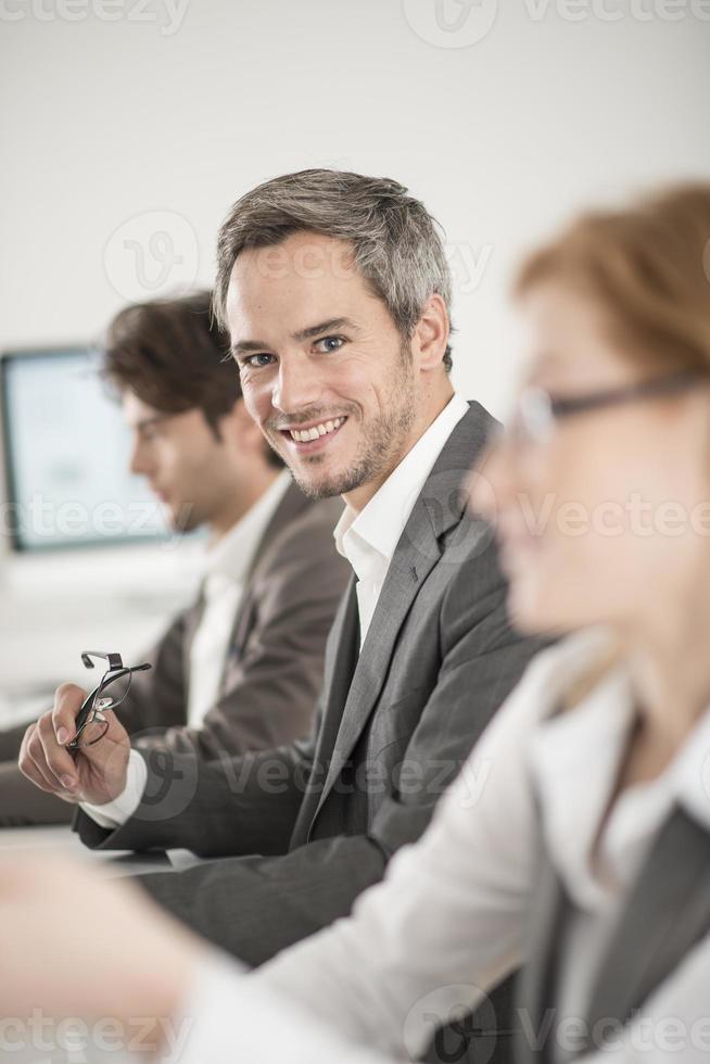 portret van zakenman tijdens een vergadering foto