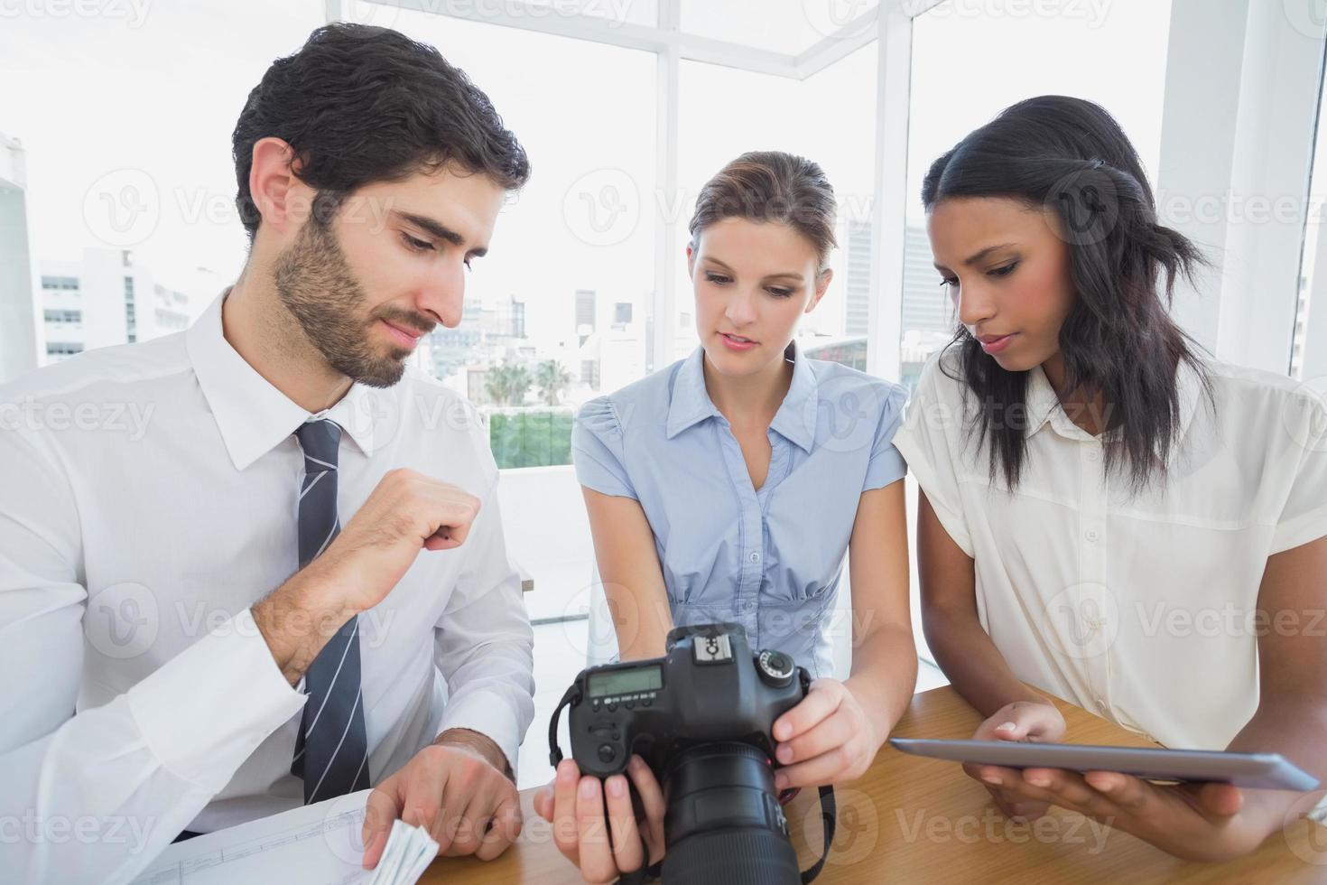 mensen uit het bedrijfsleven met behulp van een camera foto