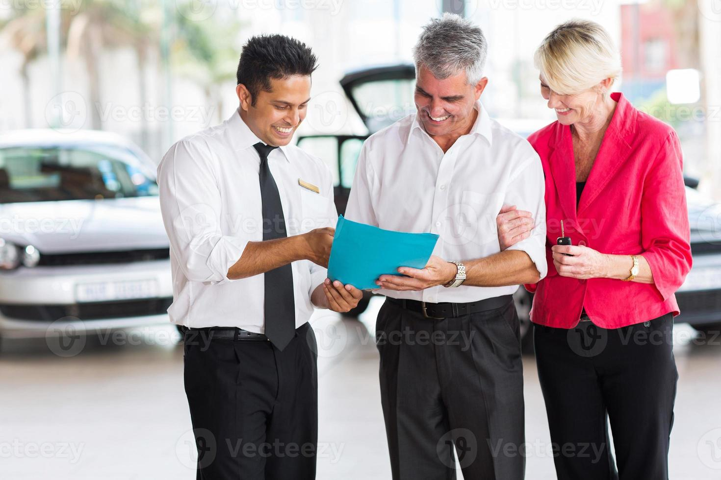 volwassen paar het kopen van een nieuwe auto foto