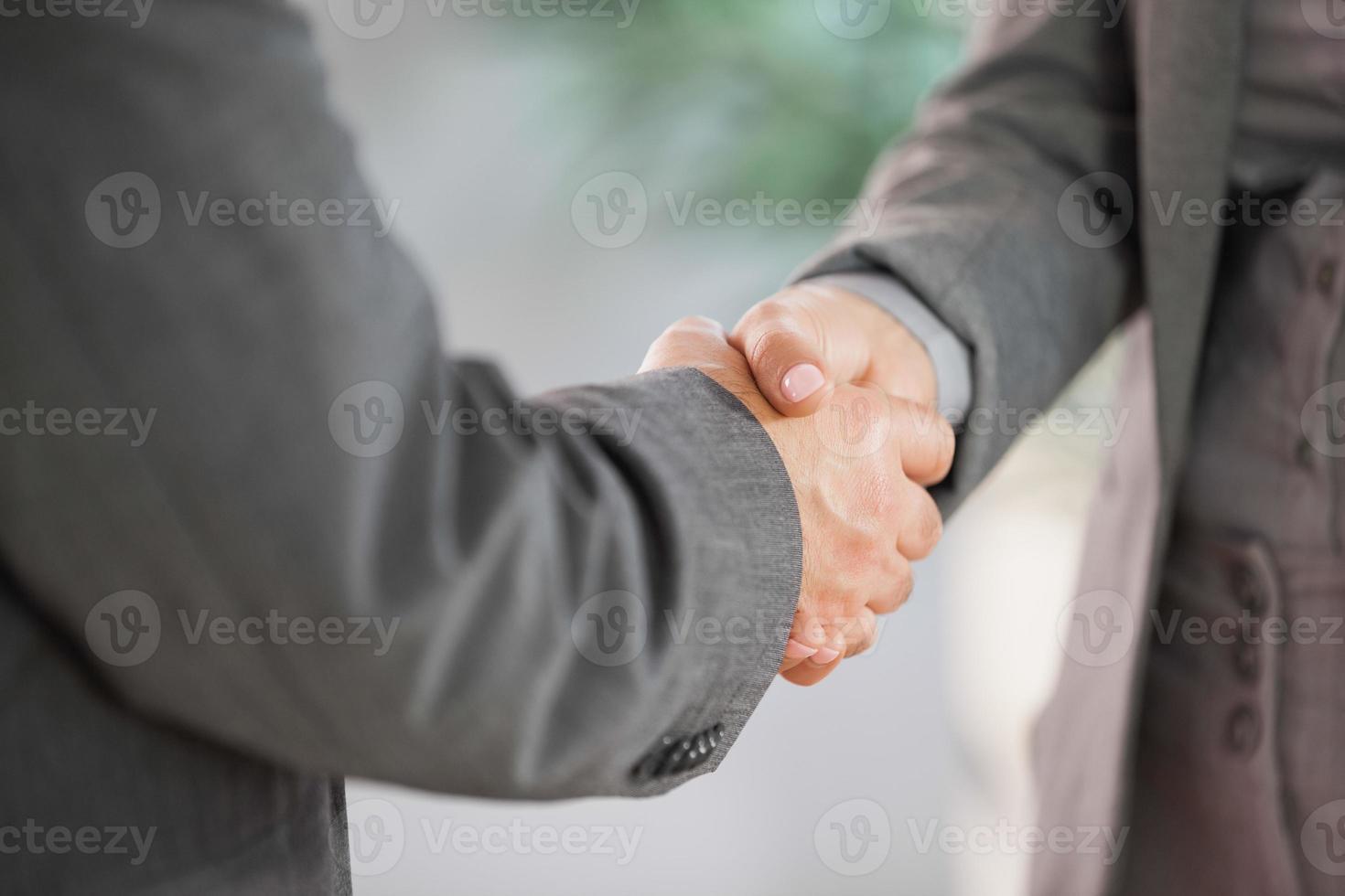 zakenmensen handen schudden close-up foto