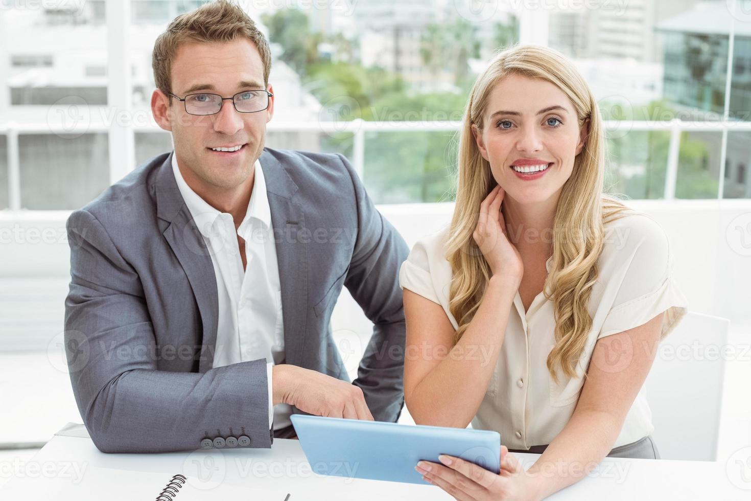 mensen uit het bedrijfsleven met behulp van digitale tablet foto