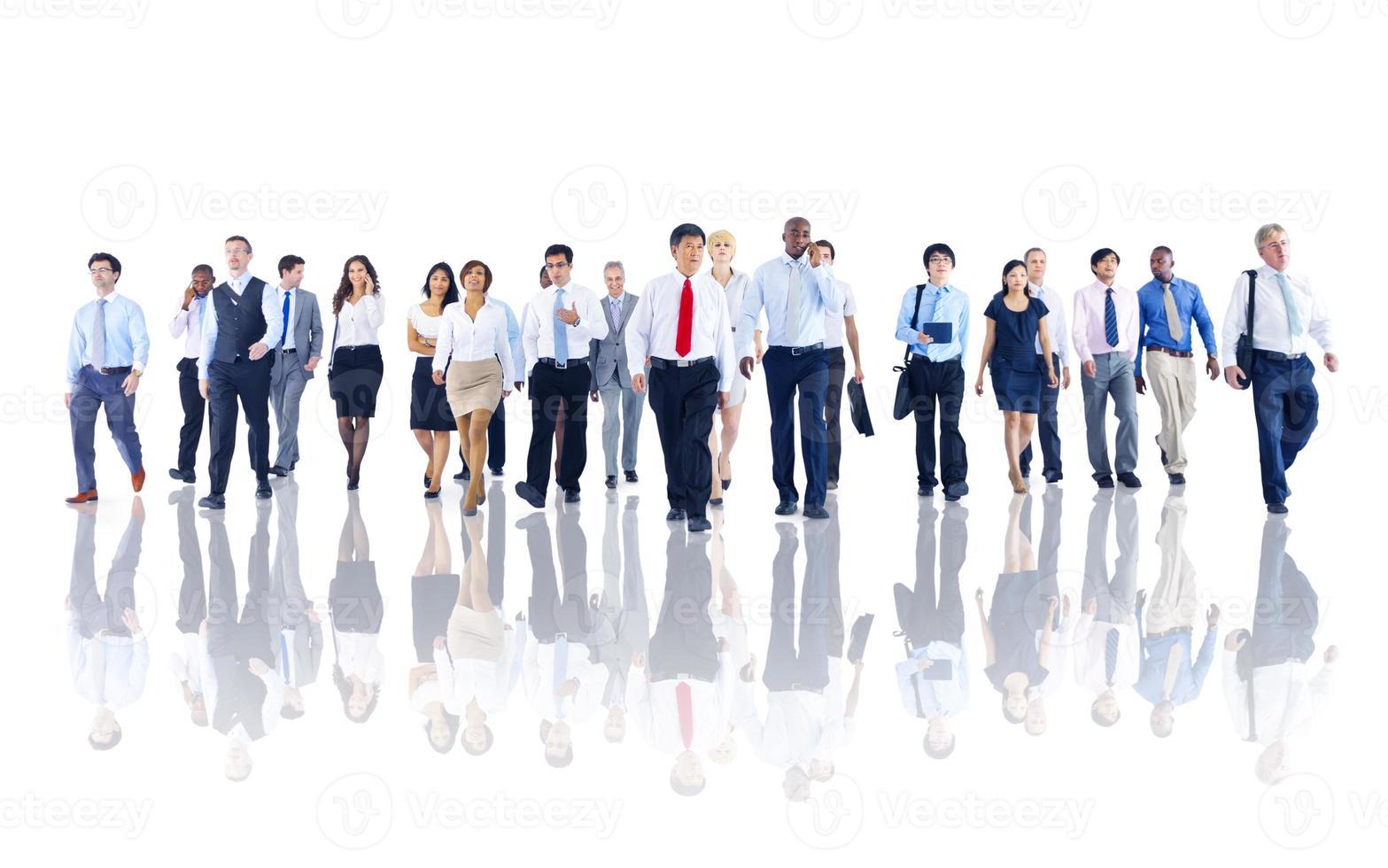 diverse zakenmensen werken en lopen foto