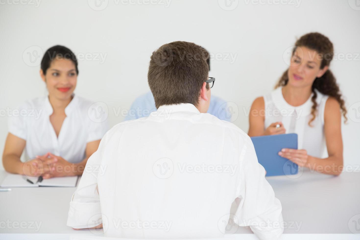 man wordt geïnterviewd door mensen uit het bedrijfsleven foto