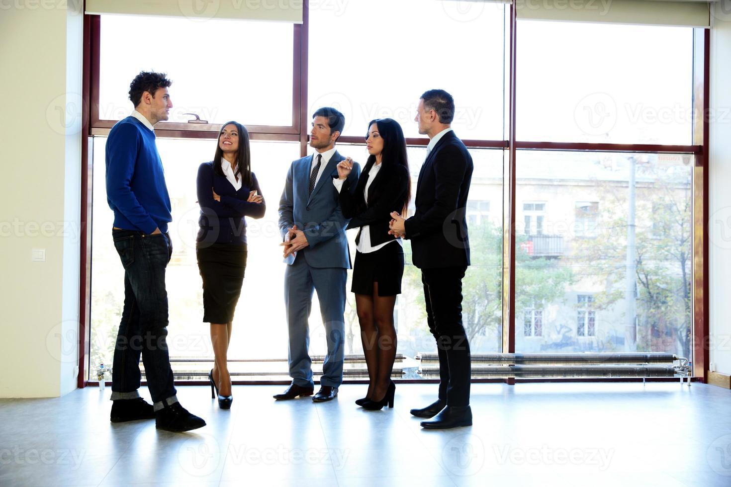mensen uit het bedrijfsleven praten op kantoor foto