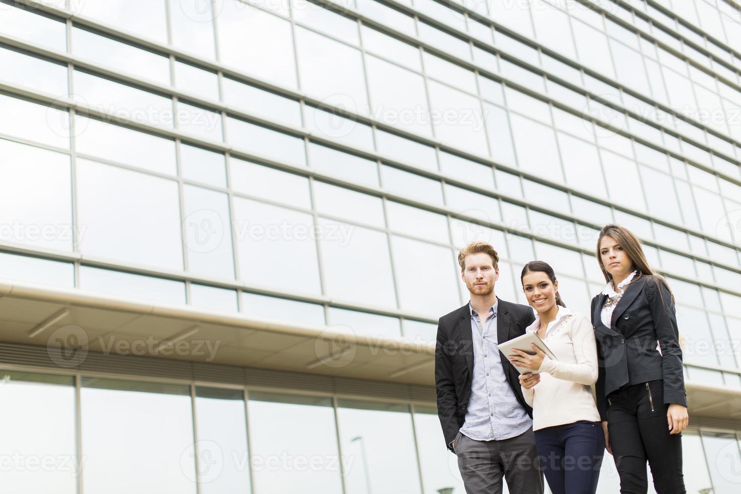 jonge zakenlui buitenshuis foto